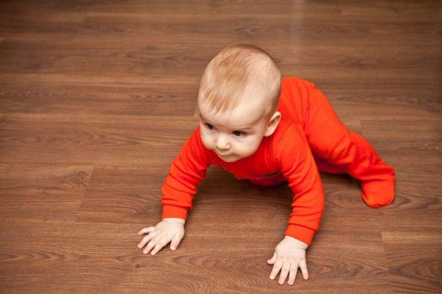 W pierwszym roku życia dziecko uczy się wszystkiego. Jedną z najważniejszych umiejętności jest nauka chodzenia.