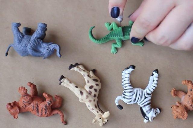 Fot. Screen z YouTube / [url=https://www.youtube.com/watch?v=9MMYHC8Xf88]Laryn Michael, DIY Gold Animal Jewelry Hanger[/url]