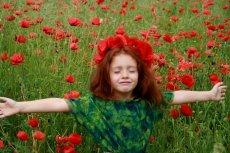 Fot. Pixabay/[url=https://pixabay.com/pl/dziewczyna-maki-czerwony-rude-w%C5%82osy-785310/]AdinaVoicu [/url] / [url=http://bit.ly/CC0-PD]CC0 Public Domain[/url]