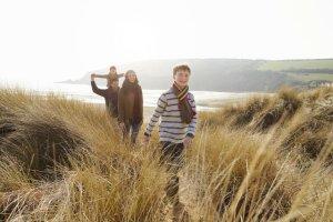 Jesienne spacery nad morzem są szczególnie dobre dla zdrowia i wzmocnienia odporności dzieci.