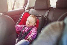 Pozostawianie dziecka w samochodzie to temat, który budzi wątpliwości.