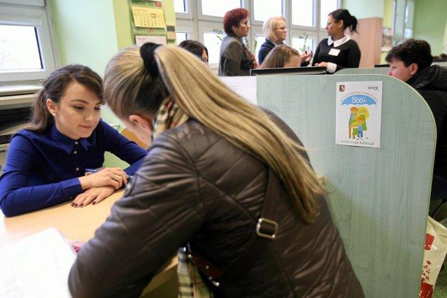 Wniosek o przyznanie świadczenia 500 zł na dziecko można złożyć w urzędzie miasta/gminy lub ośrodku pomocy społecznej. Istnieje też możliwość wysłania go drogą elektroniczną poprzez platformy publiczne lub systemy bankowości mobilnej