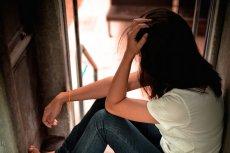 Fot. [url=http://www.shutterstock.com/pl/pic-302876495/stock-photo-sad-woman-sitting-alone.html?src=6JrsTgNbPQV00Yzz_mI9Pg-11-21] POO-SUKANYA[/url]/Shutterstock