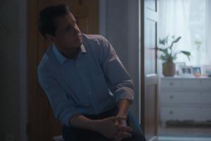 W każdej scenie spotu, ojciec cierpliwie wysłuchuje rozżalonej córki.