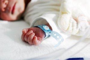 Skrajnie wycieńczony niemowlak trafił do szpitala dzięki znajomej wyrodnych rodziców
