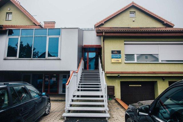 Budynek hospicjum i poradni mieści się przy ulicy Agatowej na warszawskim Targówku.