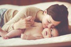 Mama całuje niemowlę