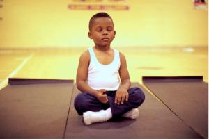 Dzieci uczą się techniki medytacji i wykorzystywania jej przy wyciszaniu negatywnych emocji.