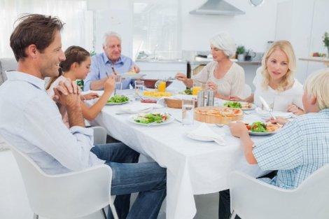 Wspólne spotkania przy stole to dzisiaj rzadkość. Dla dobra swojego i innych warto przynajmniej co jakiś czas, ale systematycznie odświeżyć ten zwyczaj