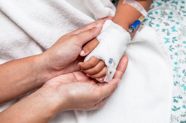 Mama w szpitalu czuwa przy dziecku.