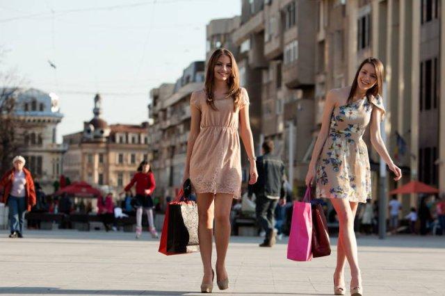 Niewygodne, zbyt wysokie obcasy, krótki rękaw przy 10 stopniach ciepła to cena jaką płacimy za bycie modną. I młodą. Z wiekiem zwykle wybieramy wygodę i sprawdzone fasony butów i ubrań