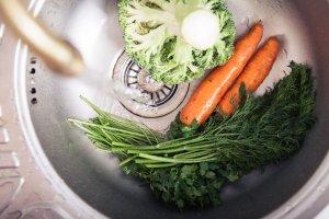 Owoce i warzywa należy myć pod bieżącą wodą używaną na co dzień do gotowania.