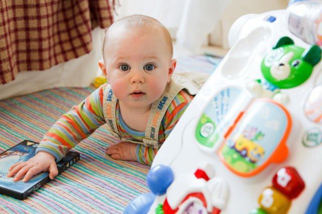 Wybierając zabawki dla niemowlaka, należy zwrócić uwagę na ich jakość. Ważne jest, by nie kupować przedmiotów pochodzących z niesprawdzonego źródła i nieposiadających odpowiednich certyfikatów.