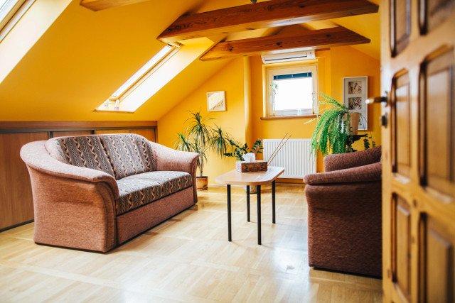 Niewielki pokój na poddaszu to miejsce, w którym psycholog Marcin Kałużyński rozmawia z pacjentami.