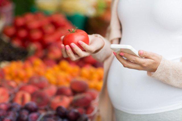 Choć zdrowe odżywanie powinno być praktykowane przez całe życie, to w okresie ciąży należy szczególnie dbać o to, co trafia na stół przyszłej mamy