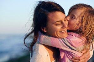 Samotna matka, może liczyć na pewne wsparcie w kwestii finansowej ze strony państwa.