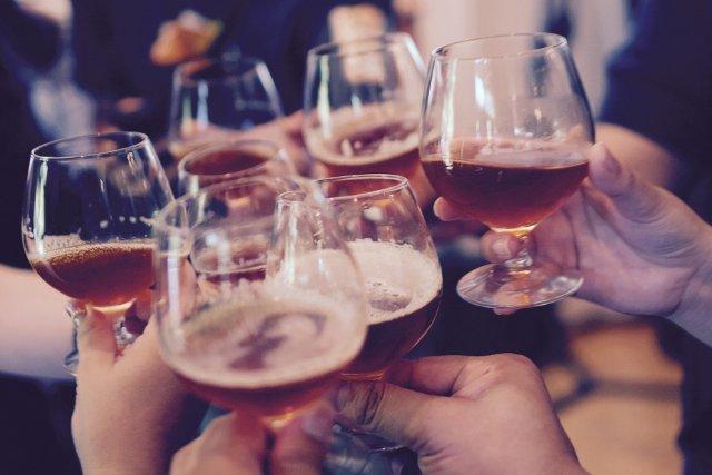 Fot. Pixabay / [url=https://pixabay.com/pl/okulary-opieczone-pozdro-alkohol-919071/] Unsplash [/url] / [url=https://pixabay.com/pl/service/terms/#usage] CC0 Public Domain [/url]