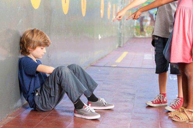 Tych słów nigdy nie powinniśmy mówić dziecku, które ma problemy z przemocą rówieśniczą.