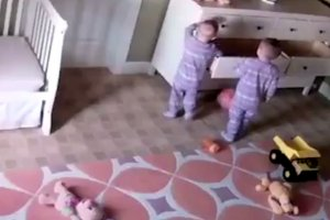 2-letnie bliźniaki wymyśliły niebezpieczną zabawę. Jeden z nich wykazał się niezwykłą determinacją.