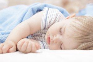To, o której kładziemy dziecko spać, ma wpływ nie tylko na jego samopoczucie