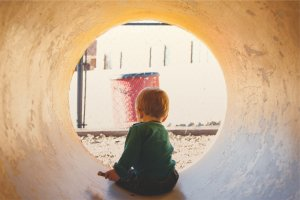 Fot. Pixabay / [url=https://pixabay.com/en/child-kid-tunnel-playing-fun-698591/]StockSnap[/url] / [url=https://pixabay.com/en/service/terms/#usage]CC0 Public Domain[/url]