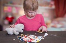 Dziecko bawi się lekami