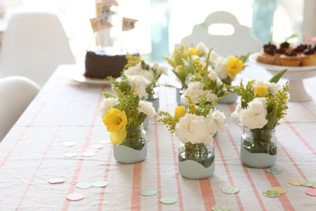 Fot. Oh Happy Day / [url=http://ohhappyday.com/2012/02/paint-dipped-baby-food-jars-diy/]Paint-dipped baby food jars DIY[/url]