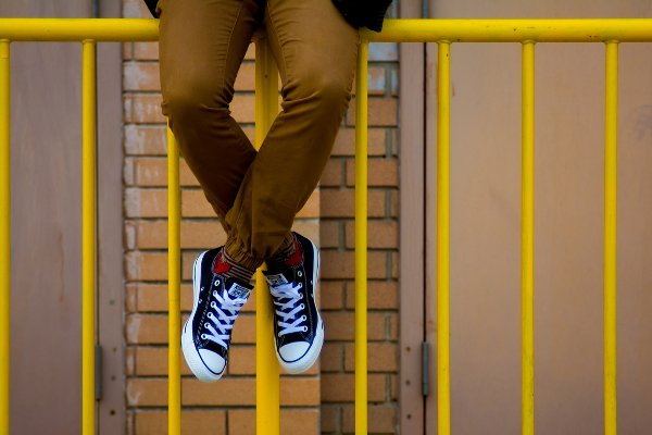 Fot. Pixabay / [url=https://pixabay.com/pl/converse-buty-sneakers-%C5%BC%C3%B3%C5%82ty-925773/]StockSnap[/url] / [url=https://pixabay.com/pl/service/terms/#usage]CC0[/url]