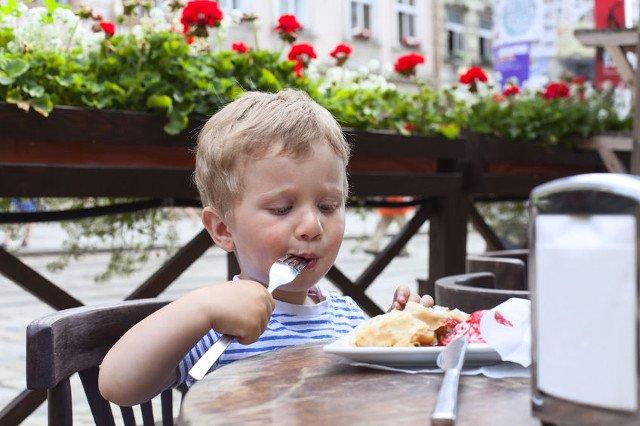 Wakacje to czas, kiedy częściej odwiedzamy z dziećmi restauracje i kawiarnie