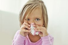 Katar, osłabienie i nieco podwyższona temperatura. Okazuje się, że wielu już wtedy decyduje się podać dziecku paracetamol lub ibuprofen.