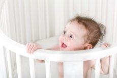 Ząbkowanie to czas,w którym dziecko może być bardziej marudne.  Wyrzynanie się nowych ząbków, po prostu sprawia mu ból.