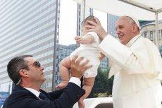 Papież Franciszek zwraca uwagę na to, że płaczące dzieci nie powinny być wypraszane z kościoła.