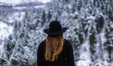 Fot. Pixabay.com / [url=https://pixabay.com/en/woman-forest-black-hat-jacket-1150111/]Unsplash[/url] / [url=https://pixabay.com/en/service/terms/#usage]CCO Public Domain[/url]