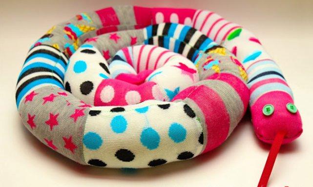 Fot. Gros Grain Fabulous / [url=http://grosgrainfabulous.blogspot.com/2013/05/mismatched-socks-sew-sock-snake.html]Mismatched Socks? Sew a Sock Snake![/url]