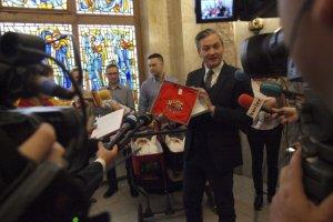 President Słupska wita nowych mieszkańców upominkiem i dyplomem