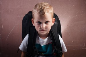 Dzieci dźwigają ciężkie kilogramy. Codziennie