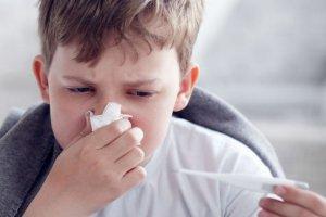 Nie należy bagatelizować kataru u dzieci. Jest to jeden z pierwszych objawów choroby i trzeba szybko działać, żeby go wyleczyć.