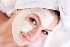 Oczyszczanie skóry nie powinno się kończyć na samym demakijażu. Raz na dwa tygodnie należy zrobić piling lub położyć oczyszczającą maskę na twarz, szyję i dekolt