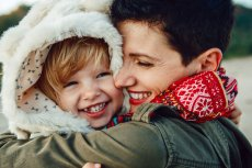 Według naukowców, na ból malucha niezastąpione są ramiona mamy.