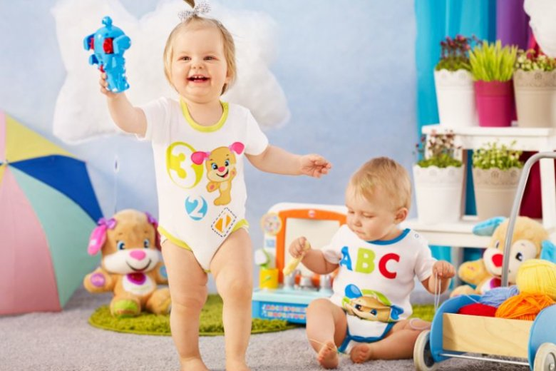 Aby przystąpić do konkursu ''Baw się Szczeniaczkiem Uczniaczkiem'' należy sfotografować malucha w ubranku z kolekcji Fisher-Price, która będzie dostępna od 8 czerwca w sieci sklepów Biedronka