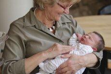 Coraz starsze kobiety zostają matkami.