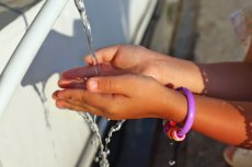 Do zakażenia żółtaczką pokarmową najczęściej dochodzi przez spożycie zanieczyszczonej wody lub pokarmów.