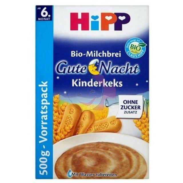 HIPP, Kaszka mleczno - zbożowa na dobranoc z biszkoptami Skład: mleko następne 41% (serwatka z mleka częściowo odmineralizowana w proszku, oleje roślinne (palmowy, rzepakowy, słonecznikowy), mleko chude w proszku, mąka ryżowa, witamina C, siarczan żelazawy, siarczan cynku, witamina E, niacyna, kwas pantotenowy, witamina B1, witamina A, witamina B6, witamina B2, jodan potasu, kwas foliowy, siarczan miedzi, witamina K, selenian sodu, witamina D, biotyna), płatki zbożowe (z pełnoziarnistej pszenicy 20%, z pszenicy), serwatka z mleka częściowo odmineralizowana w proszku, biszkopty 11% (mąka pszenna, słodka serwatka w proszku, masło, skrobia pszenna), mleko chude w proszku, węglan wapnia, ekstrakt z wanilii Bourbon, witamina B1, witamina A, witamina D