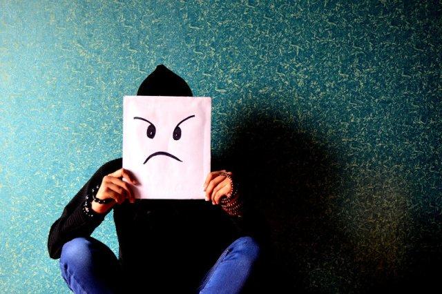 Fot. PDPics/[url=https://pixabay.com/pl/cz%C5%82owiek-z%C5%82y-zirytowa%C5%82-390339/]Pixabay[/url]/[url=https://pixabay.com/pl/service/terms/#usage]CC0 Public Domain[/url] Ciągłe zmęczenie, stres i nieustanna irytacja mogą być oznaką wypalenia
