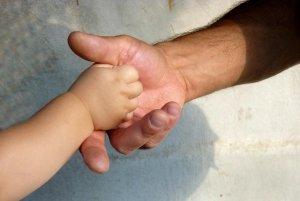 Podanie dłoni dziecka i dorosłego to stały temat komentarzy popularyzatorów wiedzy na temat savoir-vivre'u.