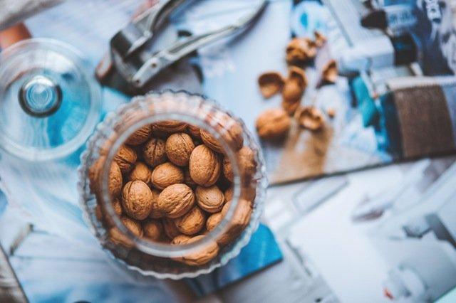 Fot. Pexels / [url=https://www.pexels.com/photo/walnuts-in-the-jar-5949/]kaboompics.com[/url] / [url=https://www.pexels.com/photo-license/]CC0 License[/url]