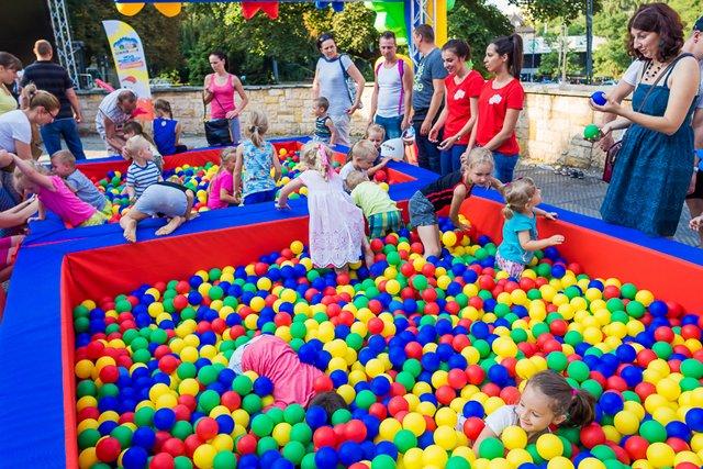 W Krainie Kinder Niespodzianki znajdziecie mnóstwo atrakcji, między innymi baseny z piłkami