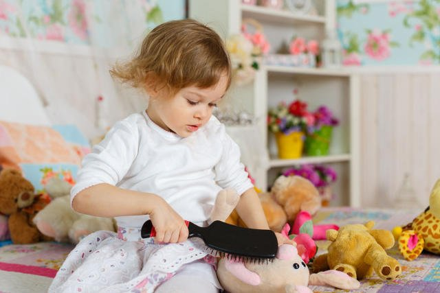 Zabawa dziecka we fryzjera to jeden z pomysłów na polubienie przez dziecka wizyt w salonie fryzjerskim.
