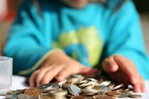 Dzieci w wieku przedszkolnym zwykle nie wiedzą, skąd biorą się pieniądze.