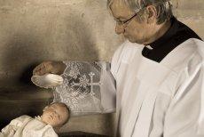 Niektórzy rodzice nie chcą decydować za dziecko w sprawach wiary.